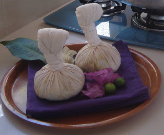 vakantie in Bali herbal balls in villa hotel Bali