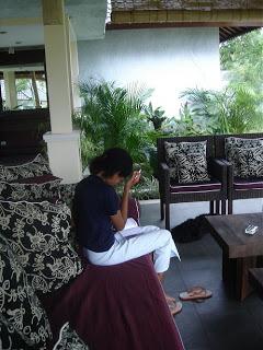 Willy studying English in Villa Sabandari, Hotel Ubud Rijstvelden