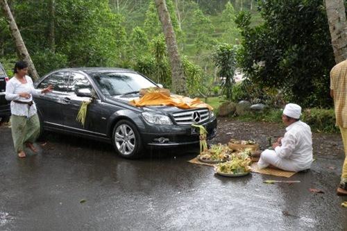 Auto voor een van de villas in Ubud - upacara